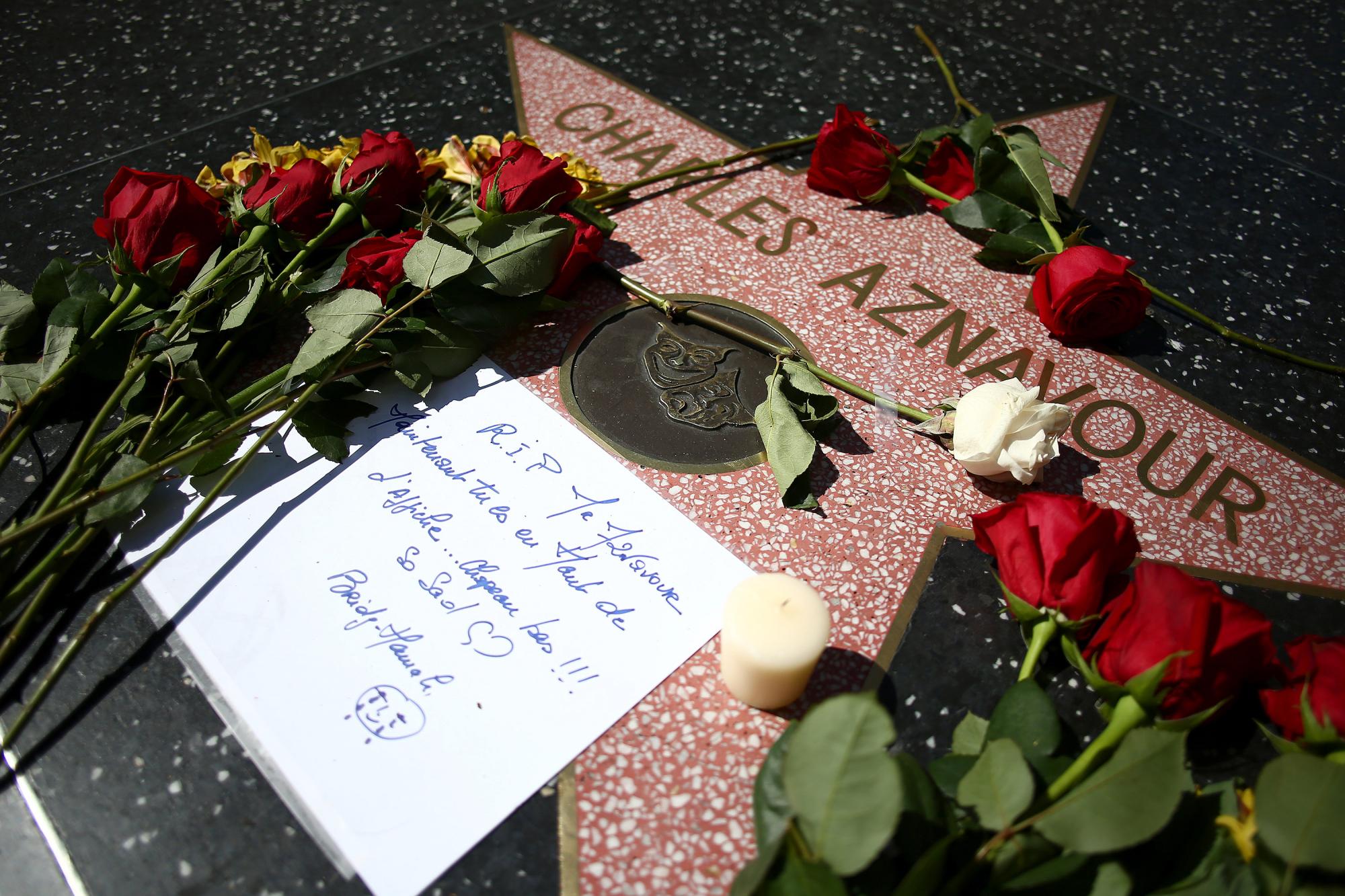 La estrella del cantante francés Charles Aznavour en el Paseo de la Fama en Hollywood el 1 de octubre de 2018