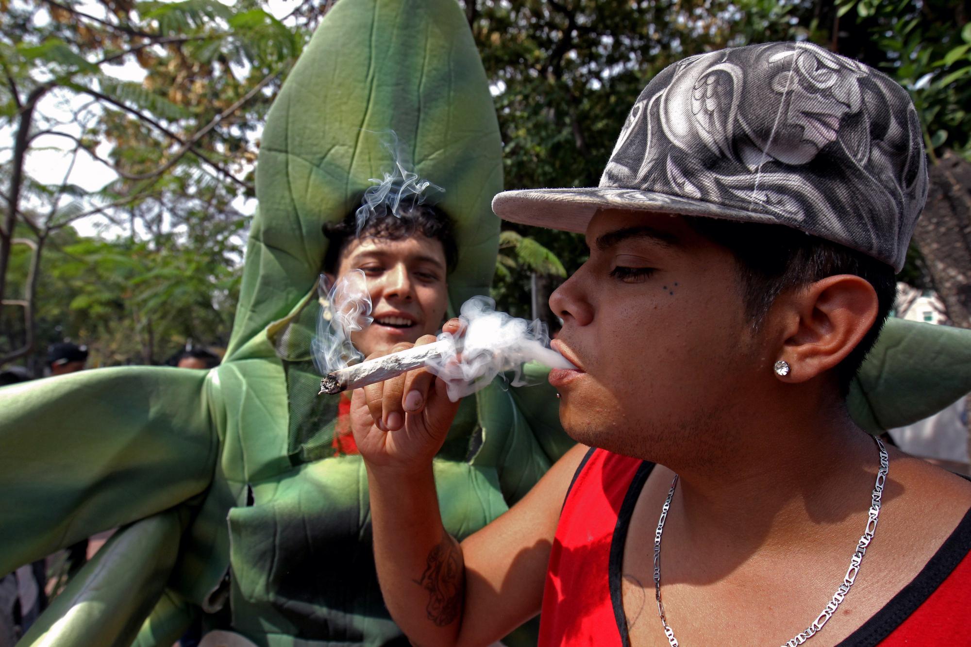 Un hombre fuma durante una manifestación a favor de la legalización de la marihuana en el estado de Jalisco, México, en mayo de 2018.