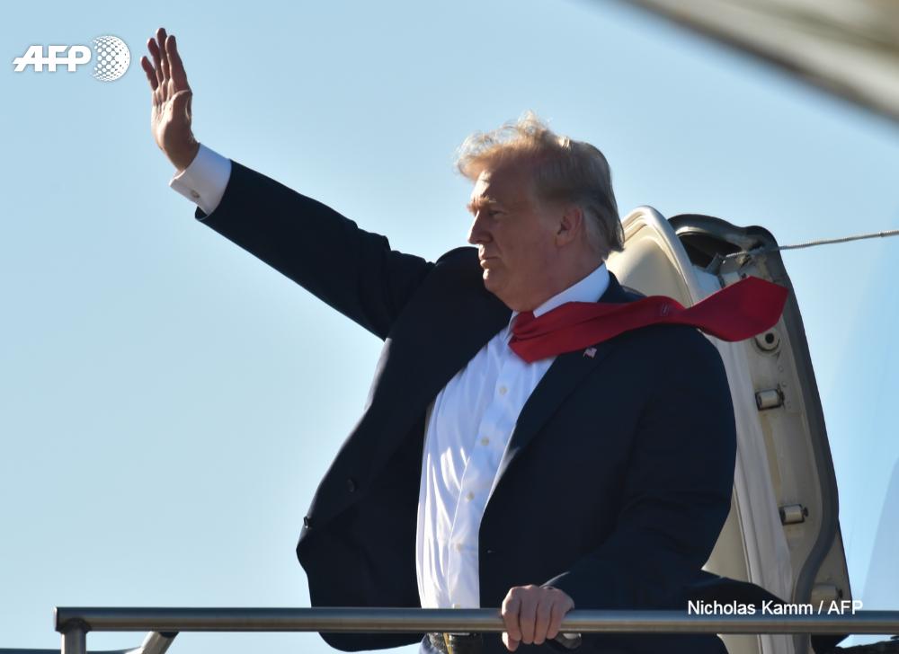El presidente de EEUU, Donald Trump, saluda junto al Air Force One en el aeropuerto regional de Sioux Falls después de una recaudación de fondos en Dakota del Sur, el 7 de septiembre de 2018
